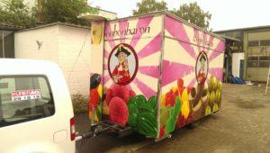 Graffitiauftrag Anhänger Fahrzeug Bonbonbaron vorne links
